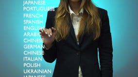 Flickan väljer en avancerad nivå av kunskap av det Franch språket på instrumentbrädan stock video
