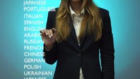 Flickan väljer en avancerad nivå av kunskap av det italienska språket på instrumentbrädan lager videofilmer