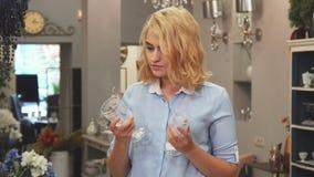 Flickan väljer exponeringsglas för huset lager videofilmer