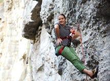Flickan vaggar klättraren som vilar, medan klättra på klippan Royaltyfri Fotografi