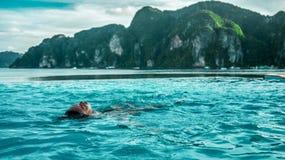 Flickan vid havsbaden i pölen royaltyfri fotografi
