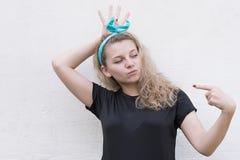 Flickan visar det vänstra pekfingret Royaltyfria Foton