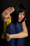 Flickan visar ett handstopp Royaltyfri Foto
