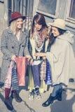 Flickan visar henne vänner ny kläder Trädbästa vän som in tycker om Royaltyfria Bilder