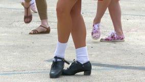 Flickan visar irländska dansflyttningar arkivfilmer