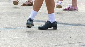 Flickan visar läget av benen under rörelsen av den irländska dansen stock video