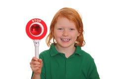 flickan visar teckenstoppet Royaltyfria Foton