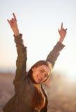 Flickan visar tecknet av hornen Fotografering för Bildbyråer