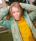 flickan visar tungan Royaltyfri Foto
