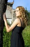flickanatur nära tree Arkivfoton