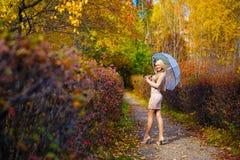 Flickanedgången parkerar trädparaplyet Fotografering för Bildbyråer