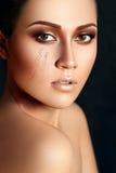 Flickans framsida med guld- makeup Royaltyfri Fotografi