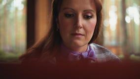 Flickans framsida som arbetar för bärbar datorcloseup stock video
