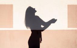 Flickans skugga royaltyfria bilder