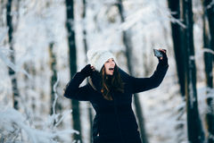 Flickaoutdors i skogen som tar fotoet med telefonen (selfie) Arkivfoton