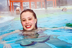 flickapöl som simmar termisk vinter royaltyfria bilder