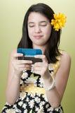 flickapreteen som texting Arkivfoton