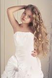 Flickaprincessen i vit klumpa ihop sig kappan Royaltyfri Fotografi