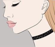 Flickaprofil med tättsittande halsband Arkivfoto