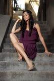 flickapurple för 2 klänning fotografering för bildbyråer