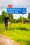 Flickaresande med cykeln Royaltyfri Foto