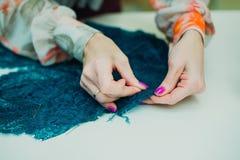 Flickasömmerska som arbetar i hans studio Lära att sy arkivfoto