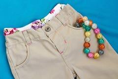 Flickas byxa med kalsonger och pärlor Arkivbild