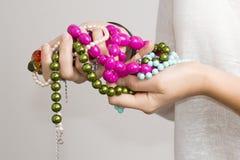 Flickas händer med smycken arkivfoto
