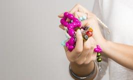 Flickas händer med smycken royaltyfri bild