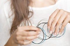 Flickas händer med smycken royaltyfri fotografi