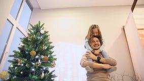 Flickasammanträde I påven på halsen, farsa vänder dottern som spelar flygplanet, att skratta och att krama Lycklig familj in lager videofilmer