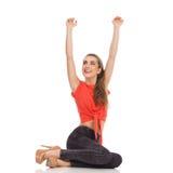 Flickasammanträde med lyftta armar Fotografering för Bildbyråer