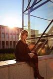 Flickasammanträde och lyssnande musik Royaltyfria Bilder