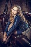 Flickasammanträde på en soffa Royaltyfria Foton