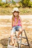 Flickasammanträde på en utomhus- trappstege Royaltyfri Fotografi