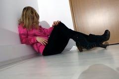 Flickasammanträde på golvet Arkivfoton