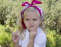 Flickasammanträde på gräset Royaltyfria Bilder