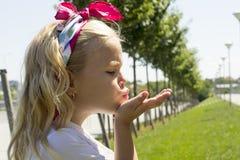 Flickasammanträde på gräset Royaltyfri Fotografi