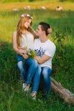 Flickasammanträde på hennes knä för man` s royaltyfri bild