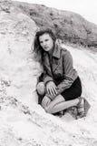 Flickasammanträde på sanden bw Arkivfoton