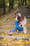 Flickasammanträde på stenmoment Fotografering för Bildbyråer