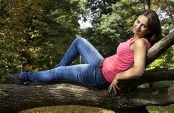 flickasammanträde på trädet Royaltyfri Foto