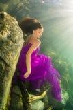 Flickasammanträde på trappan under vatten Royaltyfri Foto