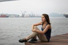 Flickasammanträde som ser havet Fotografering för Bildbyråer