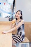 Flickasammanträde i en coffee shop Arkivbild