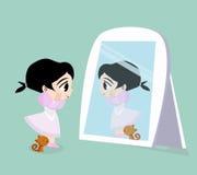 Flickase och katt som framme står av spegeln Royaltyfri Foto