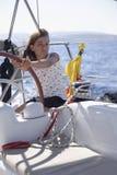Flickasegelbåt arkivfoto