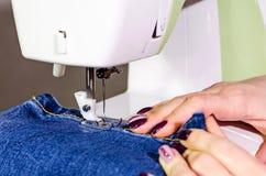 Flickashet på symaskinen arkivbilder