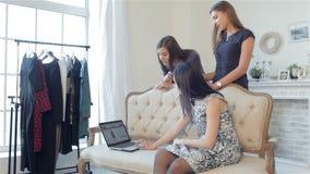 Flickashopaholics som direktanslutet shoppar lager videofilmer