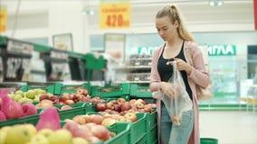 Flickashopping för livsmedel stock video